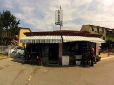Vista del negozio dal parcheggio antistante.